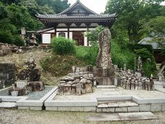 境内には多くの石仏が祀られている。