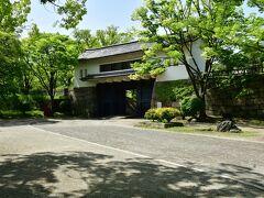 大坂城 青屋門。 復元建築。 ここから二の丸へ。