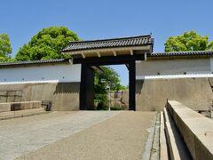 大坂城 桜門。 本丸への入り口。本丸から出た後、振り返って撮影。