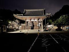 閉門した石山寺東大門の方が見慣れている私。