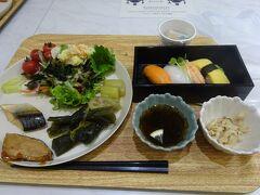 沖縄逸の彩ホテル2日目です。 8時に朝食を食べに行きました。 朝食で握り寿司かあるのは珍しいですね。 もずくやミミガーなど沖縄料理も少しありました。