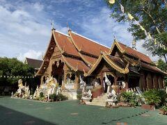 この辺りもお寺が多く、徒歩でワット ロイクロへ。建物や仏像の各所に見える手の込んだ装飾が見事なお寺です。
