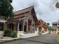 続いて涅槃仏があるワット ムーングンコーンへ。14世紀に建てられたお寺で、王族が建てることが当たり前だったお寺を庶民が自らの財で自らの土地に建てたことが有名。