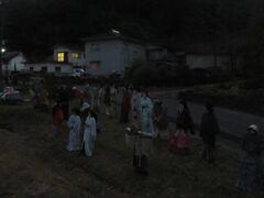 いつものかぶとむしの湯に入りさらに奥へ行くと直川ダムがある途中の部落にむかしの姿をした案山子が立っている。暗がりでとてもぶきみであった。