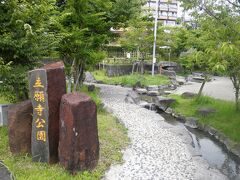 尾田の丸池を後にして、玉名温泉へ。 玉名温泉は、市の中心街隣接しており、熊本北部では交通の便が良い温泉地です。JR鹿児島本線玉名駅、九州新幹線新玉名駅、どちらからもタクシーで行ける距離かと思います。 かつては栄えた玉名温泉、今は旅館の数も減っていますが、場所柄利用しやすい温泉地だと思います。 比較的お手頃でビジネスにも利用できるような宿泊施設から、露天風呂付客室を備えた高級旅館。日帰り専用施設もあります。  温泉街の中心、立願寺公園へ。