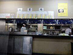 「日豊庵」の店内です。  セルフサービスになっていて、普通の社員食堂といった風情です。