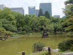 ユリ園の奥には「雲形池」があります。