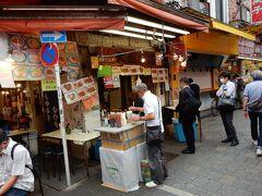 人気のタコ焼屋さん「みなとや」には待ち列が出来ています。  タコが大きくて美味しく、しかも1個当たり50円と安価です。