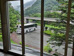 温泉といえば定番の熱海・・・今回はちょっと目先を変えて東北地方へ。 宿泊はいつもの伊東園グループから浮気して(笑)大江戸温泉物語。 https://higashiyama.ooedoonsen.jp/  不作で残念だった「サクランボ狩り」から大雨のため、どこも寄り道をせずに真っすぐホテル到着。鶴ヶ城から車で10分ってとこかな。 14:00ネット予約だったためか宿帳(古っ)の記載もなくサインだけでチェックイン完了。夕飯時間と卓球(無料)の予約も完璧っ!