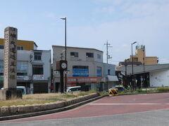 駅前には、楠氏遺跡里程標の碑 楠木正成は千早赤坂村、妻が富田林の出身だった様な…  右手奥に写っている、観光案内所 きらめきファクトリーは10:00からの営業で、利用出来ず残念!