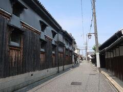越井家の年季の入った長大な米蔵。 とても風情があります。 古くから木材商を営み、安政年間には庄屋を務めたお家柄とか。。