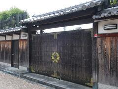 隣の杉田家は油屋さんだったそう。。 門に家紋?!の立派な飾りがついています。 建物は18世紀の物だとか…