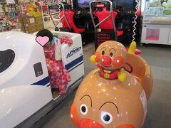 長浜駅までバス送迎があります 駅のスーパーの100均で手袋を買ってから (雪だるま作成でドロドロだから) 100均前の乗り物に釣られてる姉妹