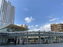 さあ駅前にやって来ました。 うわー!めっちゃ都会じゃん! 駅前の栄えっぷりが半端ない。
