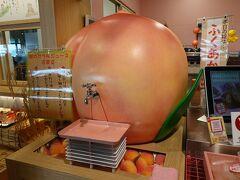 そりゃ 飲んじゃうでしょう (*^-^*) 蛇口から桃ジュース。(380円) 本日の桃は「ふくあかり」  胃にやさしい白石温麺もお買い上げ。