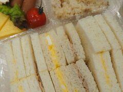 東横イン大阪心斎橋西 2回目の朝食。 やけにボリューム満点のサンドウィッチが提供されていた。 パック詰めのご飯とおかずは、寧ろ少なめだったのに、何故サンドウィッチはこれ程のボリュームなのか。