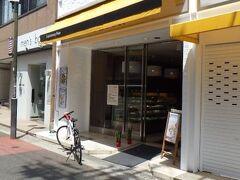 FLOUR 藤井寺駅前南店 藤井寺駅から程近い場所にある洋菓子・ベーカリー店。 2Fがイートインスペースになっている。