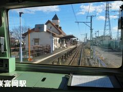■東富岡駅 1990年(平成2)開業。 駅舎は富岡製糸場をモチーフとしており、三角屋根の時計台を有しているほか、一部に赤レンガが使用されています。