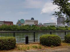 川越しに造幣局を眺めます
