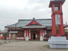 弥彦駅 新潟駅から電車を乗り継いで1時間ちょっと。 今日の予定は弥生村観光。 駅から弥彦神社へ向かいました。