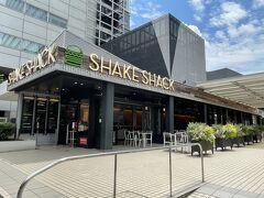 東京・六本木『六本木ヒルズ』ノースタワー1F【Shake Shack】  NYハンバーガー【シェイクシャック 六本木】の写真。  緊急事態宣言が解除され、ようやくアルコールが解禁になりました。  いやー長かったぁ。。お酒が飲めない分、スイーツに走ってました↓  <2021年6月にリニューアルした『六本木ヒルズ』の展望台 「東京シティビュー」&屋上展望台「スカイデッキ」のライトアップ 【ザ サン&ザ ムーン】のアフタヌーンティーは6段トレイ♪>  https://4travel.jp/travelogue/11695780