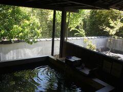 でも、露天の温泉は屋根もネットもあるので平気  食後も温泉に浸かり、11時のチェックアウトぎりぎりいっぱいまで お部屋でのんびり過ごしました