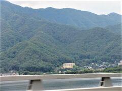 富士急ハイランドを出て、河口湖大橋を通る時、ラビスタ河口湖が見えました。  山の中の中央の建物です。 左端にかすかに、ふふ河口湖。