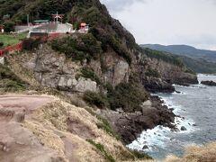 その奥にあるのが龍宮の潮吹き。ガイドにもある通り、岩壁に打ち寄せた波が岩の穴に入って音を立てるのが時折聞こえてきます。海と岩々の高低差がスゴいです。