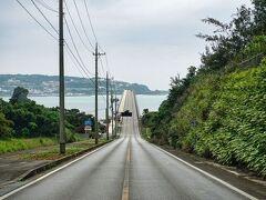 少しずつ空が明るくなってきたので急いで古宇利大橋へ向かいます。 正面奥に見えるのが古宇利島。 その手前の橋が古宇利大橋。 お天気さえ良ければなぁ。