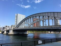 さらに進むとドラマや映画でよく登場する勝鬨橋。 完成時は中央部分が「ハ」の字に開く跳開橋として、東洋一のスケールを誇っていました。