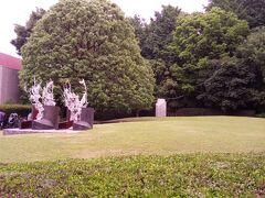 芝生でパン・ランチ後、園内をお散歩していると、園内にアートが  そういえば、美術館があるんだよね