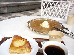 デザート・ガレットと洋ナシのタルト  タルトといえば、サクッとタルト生地とボリューミーなフルーツのこの洋ナシが一番好きっ
