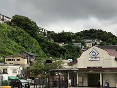 鎌倉9:18→横須賀9:34 再びJR横須賀駅。  津波が来たらすぐ高台に避難できそうなのは良いのですが、がけ崩れとかやっぱり怖いです・・  全然知らなかったのですが、横須賀ってJRのほうがあまりに静かで、栄えてるのは京急なんですね。 これから行く横須賀中央駅は40万の人口もうなずける規模でした。