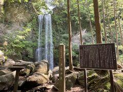 垂直に流れている中々立派な滝です。滝行も出来るそうですよ。