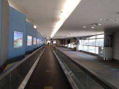 初めて降りた人気のない大空港の到着ロビーはなんだか海外にいるような錯覚
