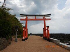 やっと青島神社の鳥居まで来ました!! ここをくぐって、社殿へ向かいます!!