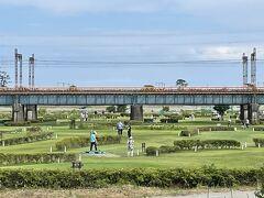 河原には広い公園がありました。パターゴルフ楽しそうですね。