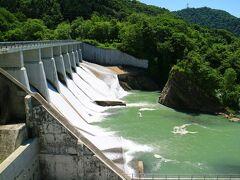 清水沢ダム 手前側に水力発電用の施設があり