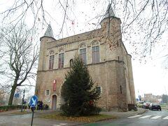 突き当りに見えてきたのがゲント門です。  ブルージュには町を卵型に取り囲む運河にかかる中世の城門(Kruispoort)、13世紀から14世紀にかけて築かれたたくさんの城門が残されていて、東側にある十字門、西側に鍛冶屋の門、北西にロバの門、南東にこのゲントの門があります。