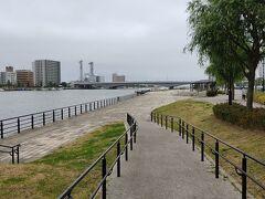 やすらぎ堤を河口方面へ向かいます。 信濃川沿いの河川敷は公園として整備されていて、市民の憩いの場になっているようです。