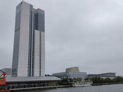 朱鷺メッセ 川向こうの万代島でひときわ目立つ高層ビルが朱鷺メッセ。 新潟のランドマークともいえるコンベンションセンターです。