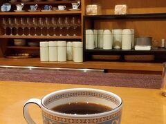 仙台に着いたらまずはいつものホシヤマ珈琲アエル店でお茶します。  いつになく混んでいてカウンター席しか空いていませんでした。 でも、雰囲気良いです。 写真はロイヤルブレンド1200円、高い! けど、雰囲気代ですね。