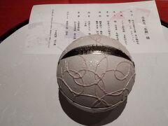 さて、昼食は、ホテルメトロポリタン仙台の日本料理「はや瀬」で月替ランチ膳(4500円)です。  前菜は鈴の形をした食器で、洒落ていますね。