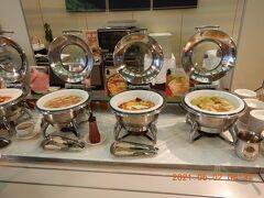 ホテルの朝食バイキング・・・ こちらは温かい食べ物です!! 「ソーセージ」、「スパニッシュオムレツ」、「ロールキャベツ」ですね・・・