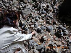 早速Wifeも小石を集めて・・・ 他人が積んだ石は、触れないので石を探すのも気をつけて・・・