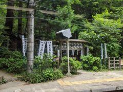 箱根登山鉄道に乗ってアジサイ鑑賞の旅に出発。 最初の駅、塔ノ沢駅のホームに見える銭洗弁財天が気になります。。