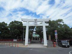 唐津神社の真っ白な鳥居が印象的。