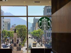 駅横のアミュープラザ2階のスタバでコーヒーを飲みながら 景色を見たり、スマホで調べたり(写真奥に見えるのは桜島です)。それにしても良い場所には必ずスタバが在る、企画、営業、資金力すごい。