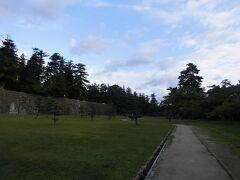 朝の松江城です。今回は天守閣には登らずに通過します。