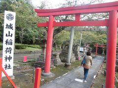 城山稲荷神社。かの小泉八雲は通勤途中によく寄っていたそうです。